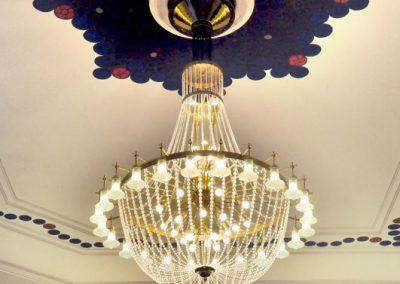 Odrestaurowanie-krysztalowego-zyrandola-stylowego-do-lobby-hotelu-Bristol