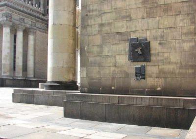Tablica-z-brazu-oraz-tabliczka-zopisem-i-fotografią-na-Pałacu-Kultury_ahbctr
