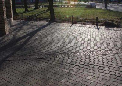 Zeliwny-napis-wtopiony-w-chodnik_ndycxy