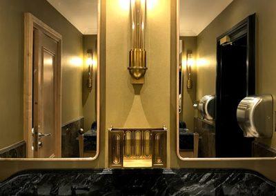 1. Kinkiet oraz pojemnik mosiezny na reczniki papierowe w lazienkach hotelowych